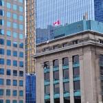 Un laveur de vitres équilibriste vers le quartier de Harbor Front de Toronto
