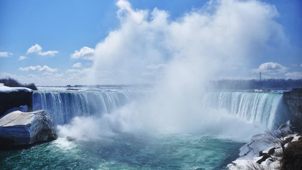 Le panache de bruine qui s'échappe des chutes du Niagara