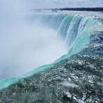 Gros plan sur les chutes du Niagara (canadiennes)