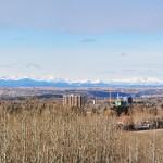 Un panoramique des montagnes Rocheuses depuis Nose Hill Parc à Calgary