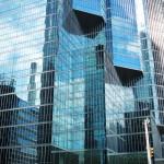 Reflets sur les buildings de verre et d'acier