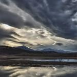 Coucher de soleil, ciel ténébreux et reflets sur les eaux calmes des Wetlands