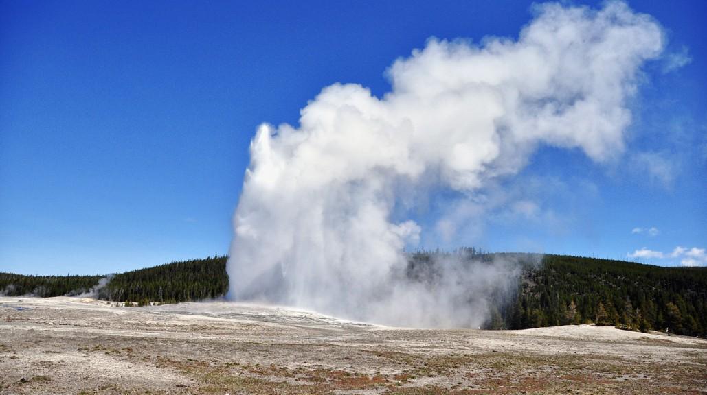 Le fameux Old Faithful Geyser à la fin d'une éruption (Upper Geyser Baisin à Yellowstone)
