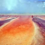 Coulées orange et reflets bleutés sur la vapeur dégagée par le Grand Prismatic au Midway Geyser Basin