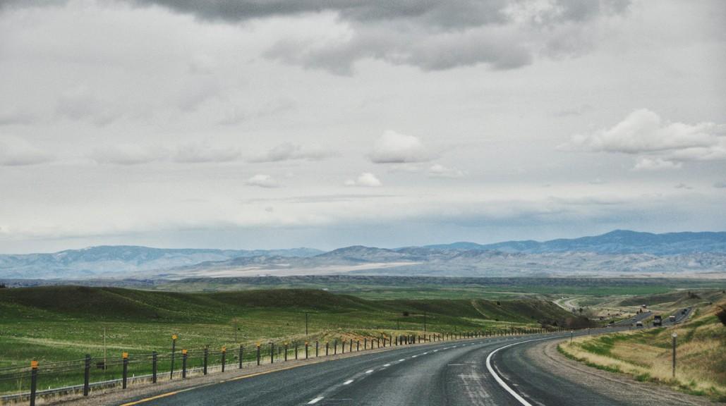"""""""Big Sky"""" et grandes étendues sur la highway 90 quelque part dans le Montana"""