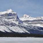 Vue au pied du lac Hector encore totalement gelé dans les Rocheuses