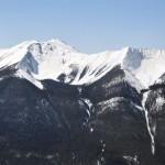 Panoramique de la vue du Sundance Peak toujours depuis le haut de Sulfur Mountain