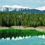Forêt et montagnes se reflètent sur le Lac Beauvert - Canada