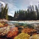 En période de fonte des glaces, la rivière du canyon devient bien plus agitée