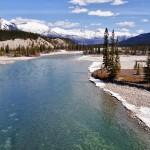 Un rivière aux eaux cristallines sur la route des Glaciers