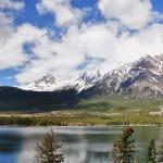 Vue panoramique du lac Pyramid et du mont du même nom - Canada