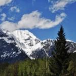 Montagnes enneigées sur la fin de la chaîne des Rocheuses