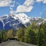 Le train traversant le nord des Rocheuses, Canada