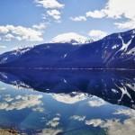 Effet miroir sur les eaux calmes du lac de Yellowhead - Canada