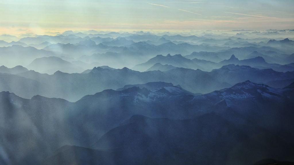 Montagnes dans la brume en arrivant vers Vancouver - Canada