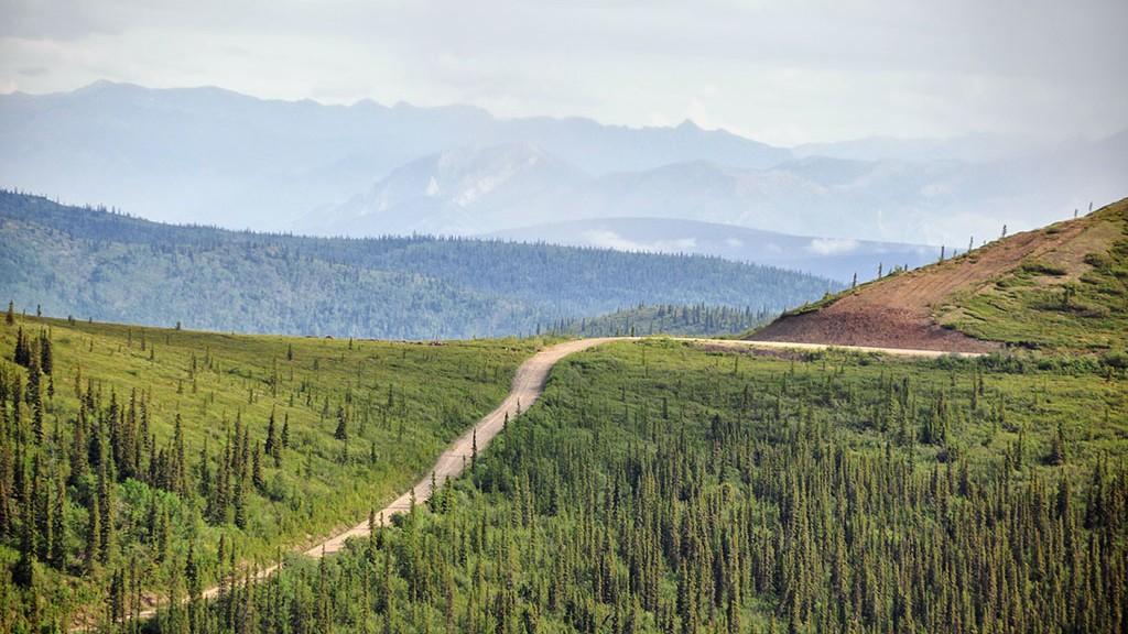 Vue dégagée de la route de graviers qui serpente le long des sommets - Yukon