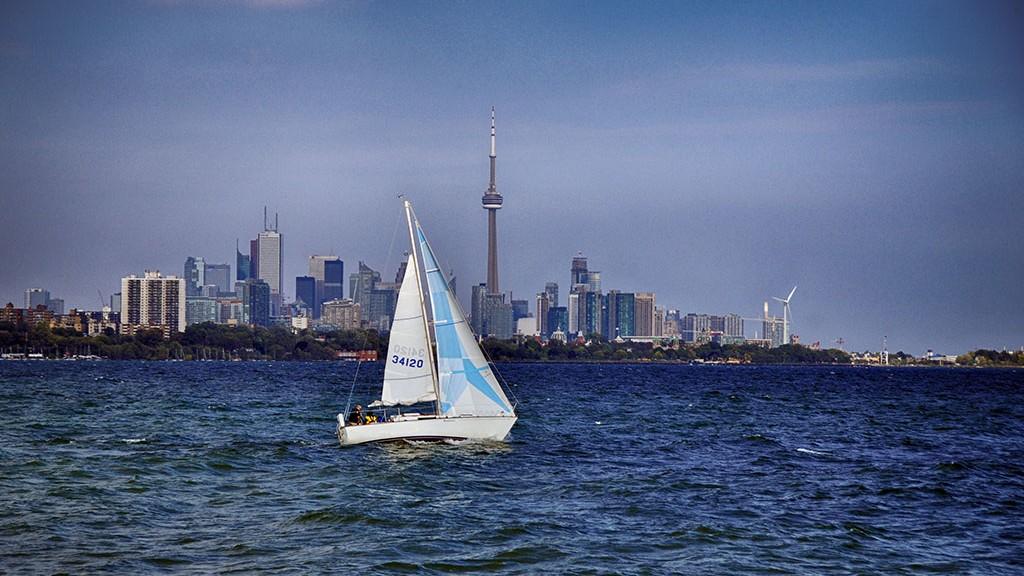 Bateau sur le lac Ontario en face de Toronto