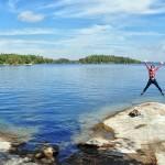 En plein air, Elise saute de joie ! Charleston Lake, Ontario